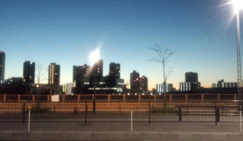 「夜明けの街」