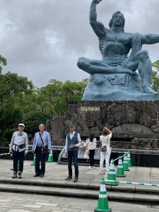 平和の像前にて